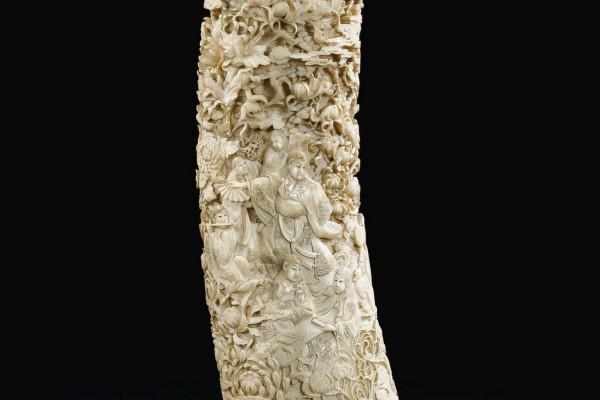 Défense d'éléphant en ivoire sculpté Japon XIXème siècle
