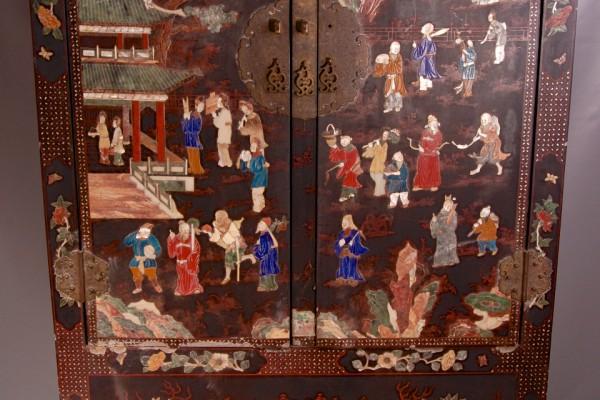 Armoire marquetée de pierreries     CHINE       Dynastie Qing