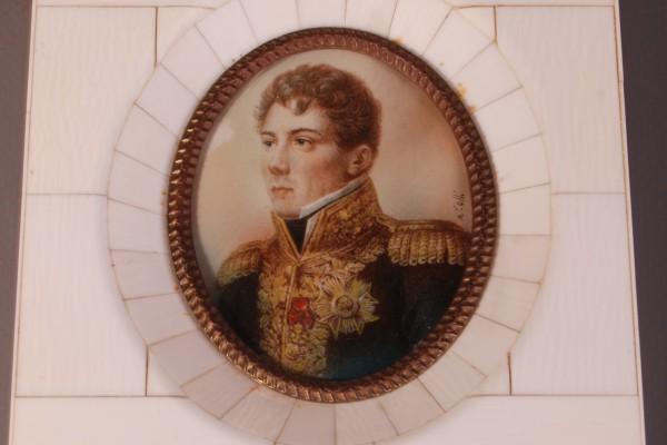 Miniature sur ivoire représentant un officier   Epoque XIX° siècle