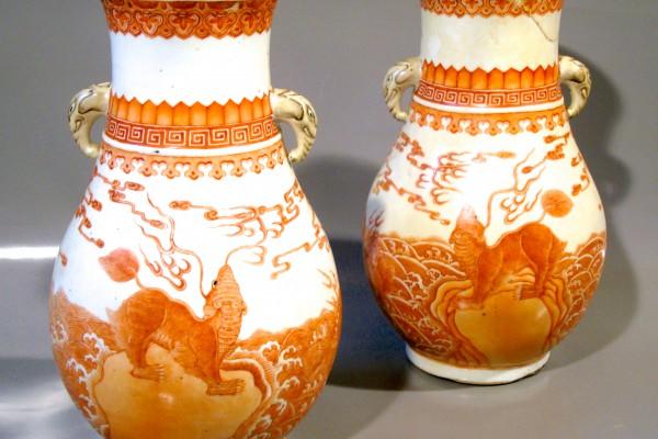 Paire de vases en porcelaine blanc et corail  CHINE  Dynastie Qing