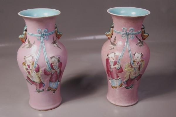 Paire de vases en porcelaine.  CHINE    Dynastie Qing