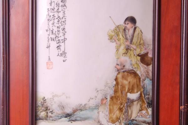 Plaque en porcelaine à décor de personnages et calligraphies CHINE  Période République