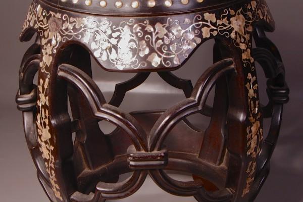 Tabouret en bois marqueté de nacre  dessus  en porcelaine CHINE Dynastie Qing