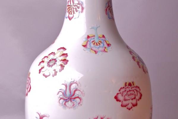 Vase en porcelaine à décor de fleurs  CHINE     Dynastie Qing