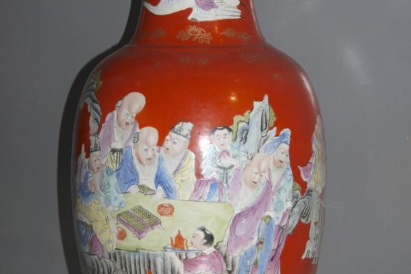 Vase en porcelaine à fond corail  CHINE          XX°siècle