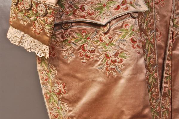 Veste en soie brodée    Epoque Louis XVI           XVIII° siècle