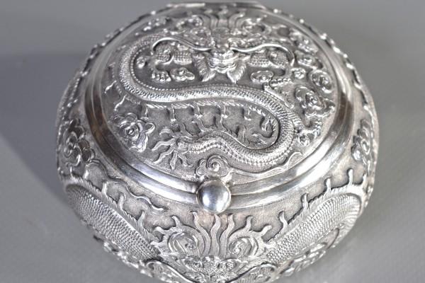 Boîte couverte eb argent à décor de dragon        CHINE  XX° siècle