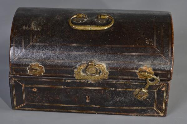 Coffret bombé en cuir  XVIII° siècle