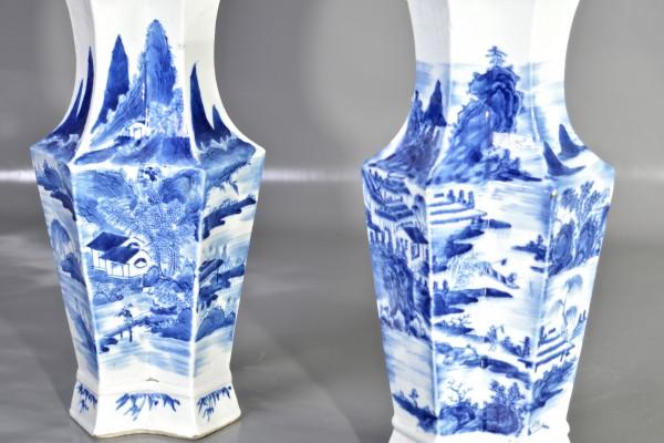 Paire de vases en porcelaine   blanc-bleu      CHINE          début XX° siècle