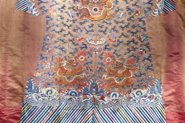 Robe en soie brodée non montée       CHINE Dynastie Qing