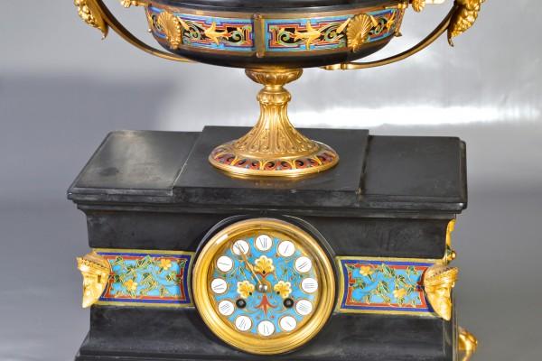 Pendule en marbre noir et bronze doré.  Émail cloisonné.  Epoque XIX° siècle