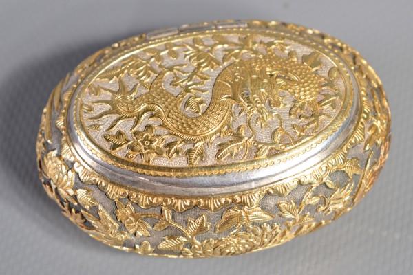 Boite ovale en argent et vermeil; Asie